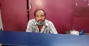 लॉटरी की दुकान पर बैठा कर्मचारी